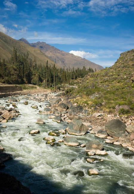 Arroyo del río en montañas - foto de stock