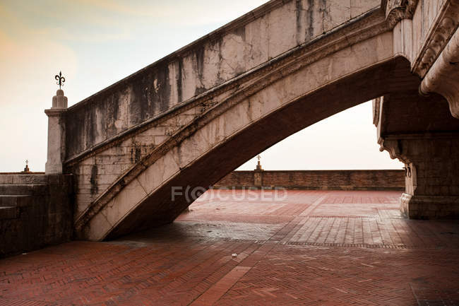 Ornate steps on cobbled walkway — Stock Photo