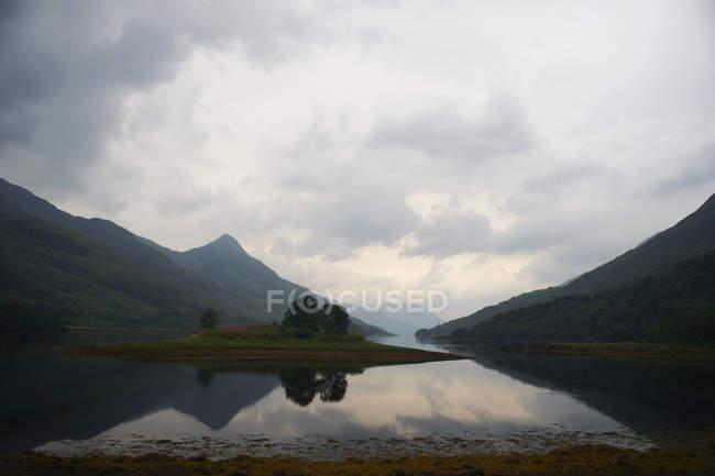 Vista sulle montagne e sul lago — Foto stock