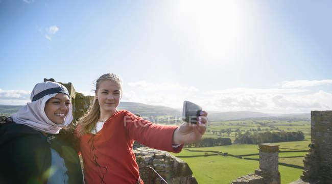 Studenti di storia in abito d'epoca e macchina fotografica sui merli del Castello di Bolton con vista su Wensleydale, panoramica. Edificio classificato di Grado 1 del XIV secolo, monumento antico pianificato — Foto stock