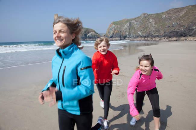 Матери и дети, играя на пляже — стоковое фото