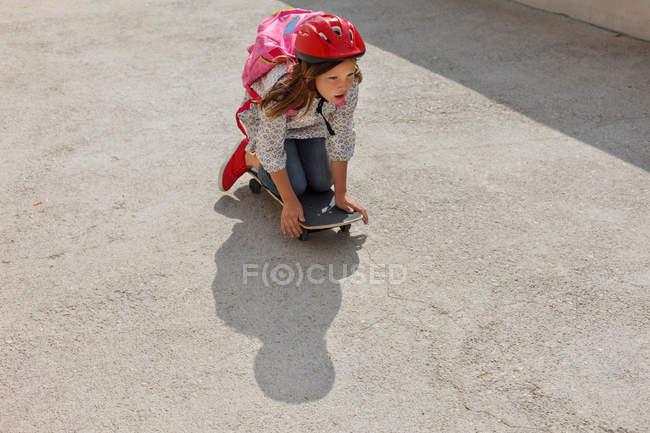 Menina andar de skate ao ar livre — Fotografia de Stock