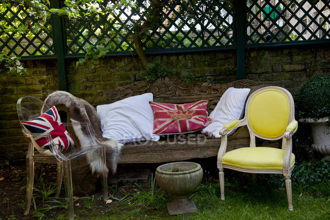 Almofadas no sofá e cadeiras — Fotografia de Stock