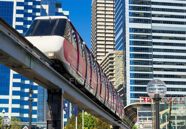 Нижній зору монорейковими і поїзд в Сіднеї — стокове фото