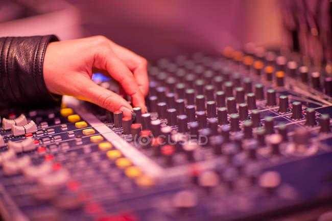 Стол ручной работы и микширования в студии звукозаписи — стоковое фото