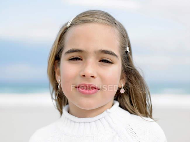 Close up retrato de menina na praia olhando para a câmera — Fotografia de Stock
