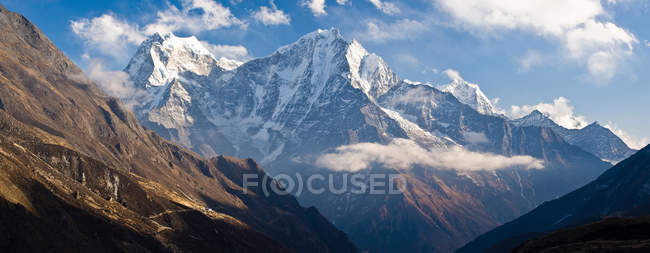 Snowy mountaintop and blue sky — Stock Photo