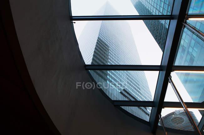Grattacieli attraverso la finestra curva — Foto stock