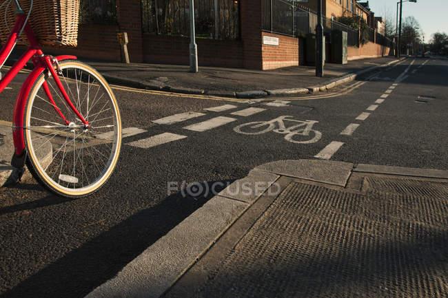 Route avec piste cyclable et vélo — Photo de stock