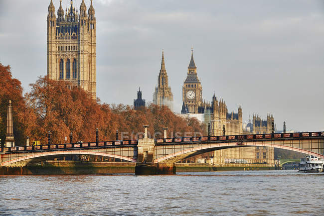 Vue de Lambeth Bridge, chambres du Parlement et de la Tamise, Londres, Royaume-Uni — Photo de stock