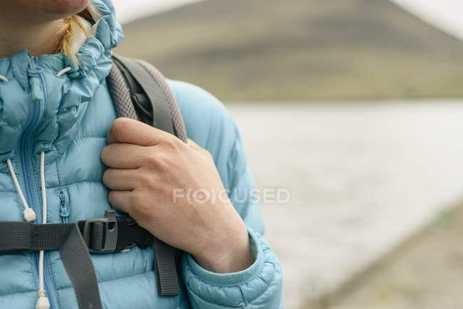 Hiker holding on to backpack strap — Stock Photo