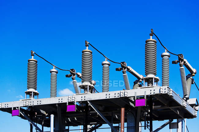 Estação transformadora com céu azul — Fotografia de Stock