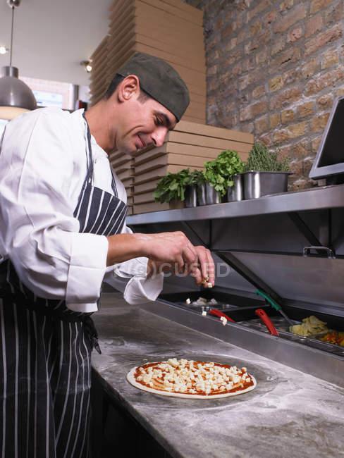 Chef de pizza haciendo pizza - foto de stock