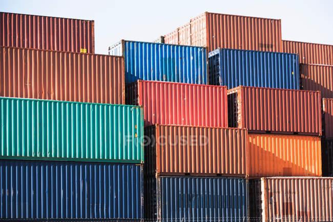 Стеки вантажних контейнерів — стокове фото