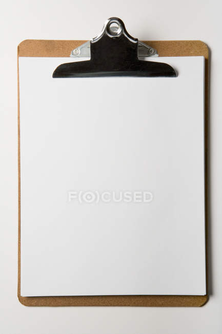 Papel en blanco en portapapeles - foto de stock