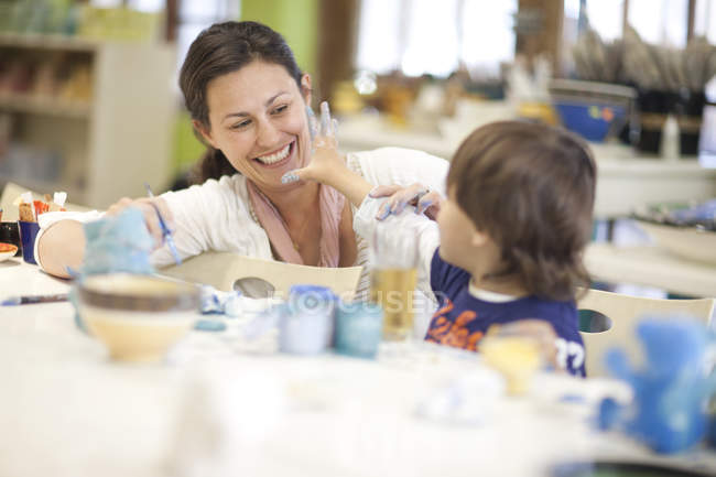 Mother and toddler playing in art class — Stock Photo