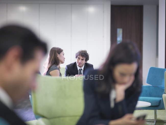 Бізнес-колеги, які розмовляють на зустрічі в офісі — стокове фото