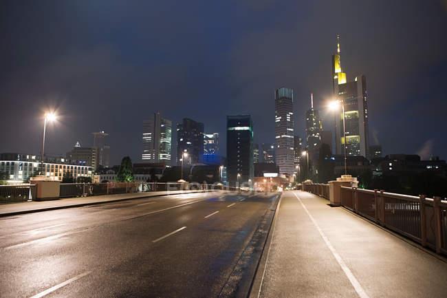Отмечая мнение городской финансовый район Франкфурта ночью — стоковое фото
