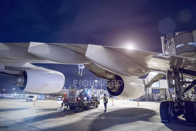 Наземная заправка самолетов A380 в аэропорту — стоковое фото