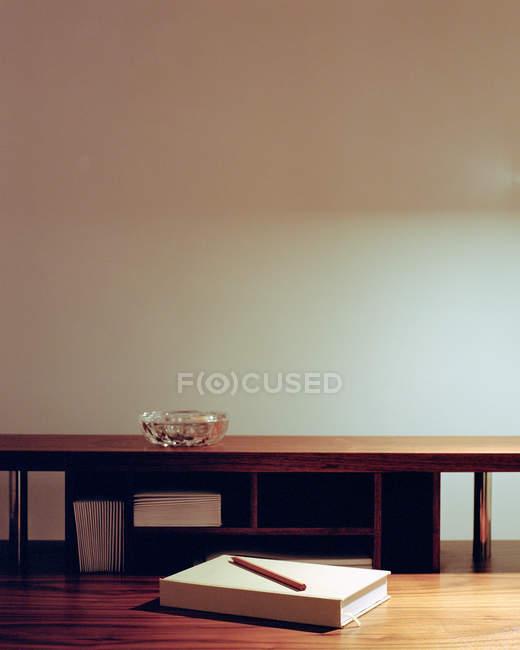Vista posacenere e cancelleria su scrivania in legno — Foto stock