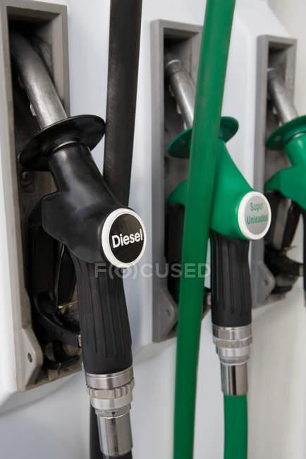 Gros plan des pompes à essence à la station-service — Photo de stock