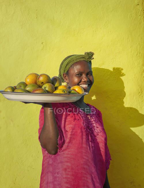 Эфиопская женщина, продающая манго, Аддис-Абеба, Эфиопия — стоковое фото