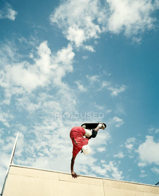 Vista de ángulo bajo de joven Skate en el aire - foto de stock