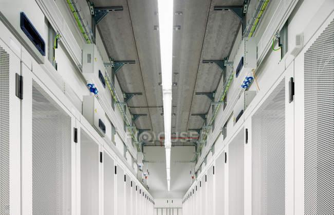 Diminuindo a perspectiva do corredor de armazém de armazenamento de dados — Fotografia de Stock