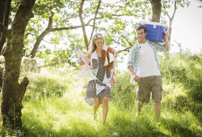 Молодая пара в лесу с овсянка и прохладный box — стоковое фото