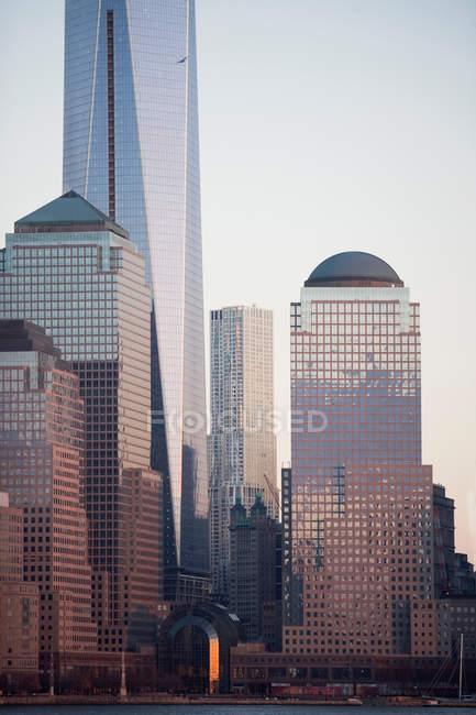 Rascacielos de Nueva York con cielo despejado sobre fondo - foto de stock
