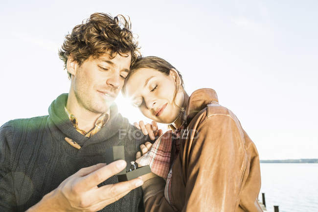 Man giving woman engagement ring — Stock Photo