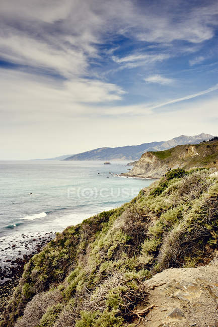 Видом на узбережжя з хвилями прибою під хмарного неба — стокове фото