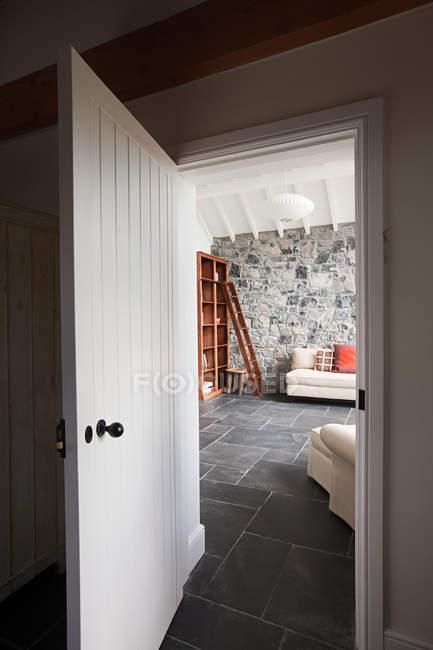 Raum durch geöffnete Tür — Stockfoto