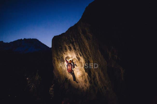 Молодий чоловік піднімається вночі, маслянка Боулдерс, Бішоп, Каліфорнія, Уса. — стокове фото