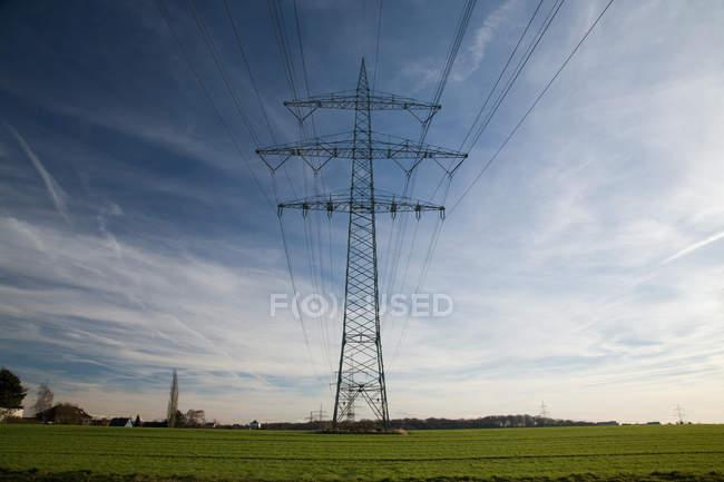 Электрическая башня и провода с голубой пасмурное небо — стоковое фото