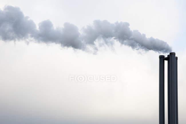 Rauch aus Fabrikschornsteinen — Stockfoto