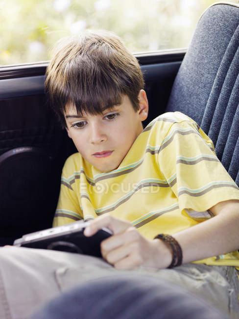 Портативный видео игра мальчик — стоковое фото