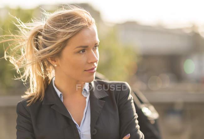Retrato vista lateral de mujer de negocios en cola de caballo rey de distancia - foto de stock