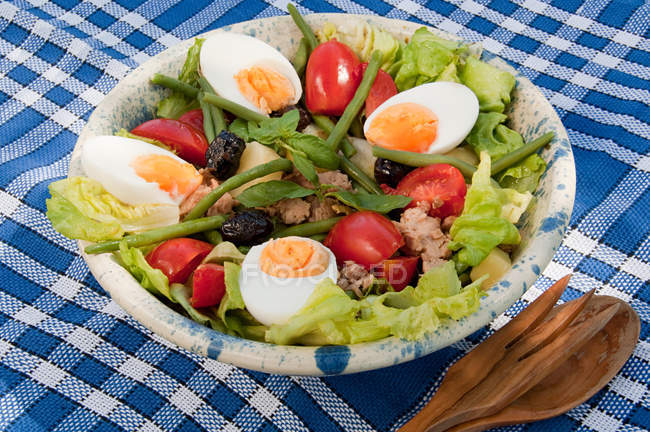 Insalata Nicoise in ciotola — Foto stock