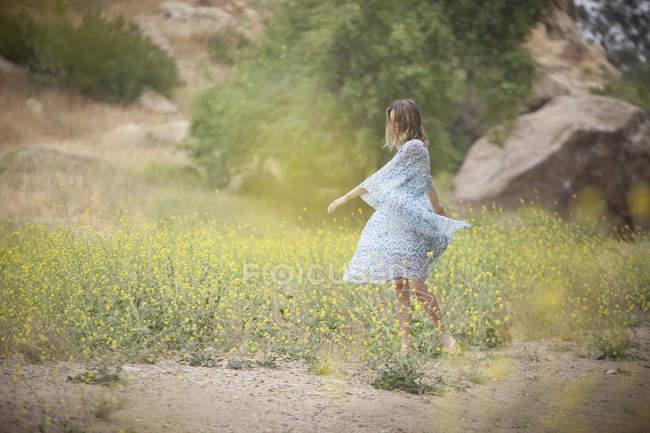 Женщина танцует в парке, Стоуни-Пойнт, Топанга Каньон, Чэворт, Лос-Анджелес, Калифорния, США — стоковое фото