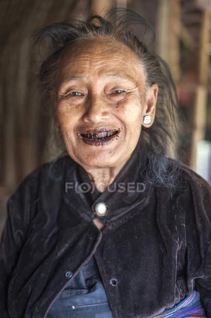 Старшая женщина с черными зубами, штат Шань, Кенг Тун, Бирма — стоковое фото
