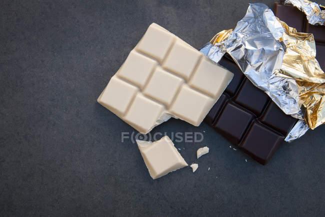 Натюрморт з білий і чорний шоколад — стокове фото
