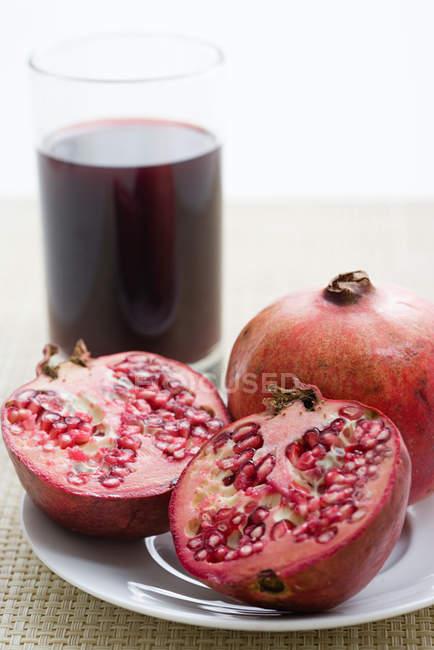 Pomegranates and pomegranate juice — Stock Photo