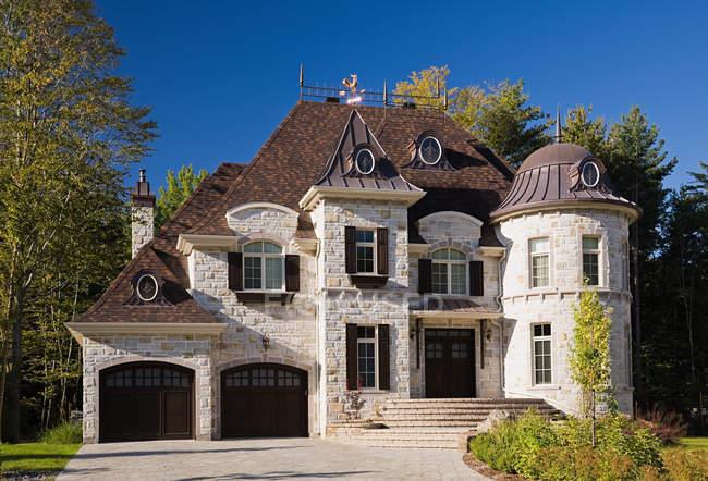 Große Luxus-Haus mit blauem Himmel — Stockfoto