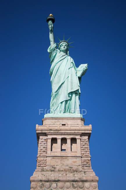 Vista in basso della Statua della libertà contro il cielo — Foto stock