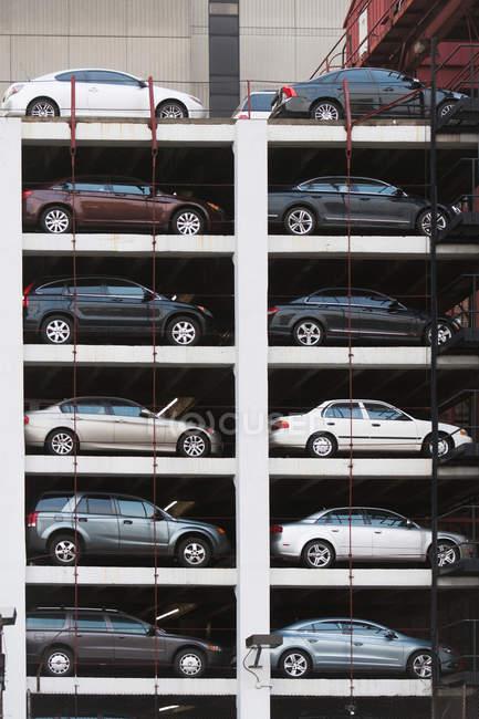 Автомобілі, припарковані стоянці — стокове фото