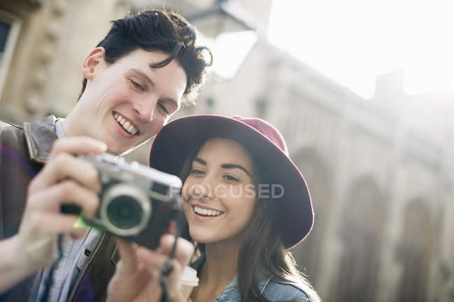 Pareja joven con cámara vintage - foto de stock