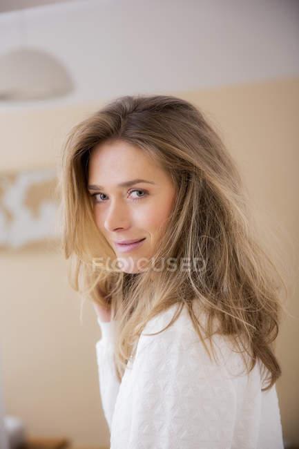 Ritratto di bella donna con capelli biondi lunghi nel salotto — Foto stock 0c15d2f7551