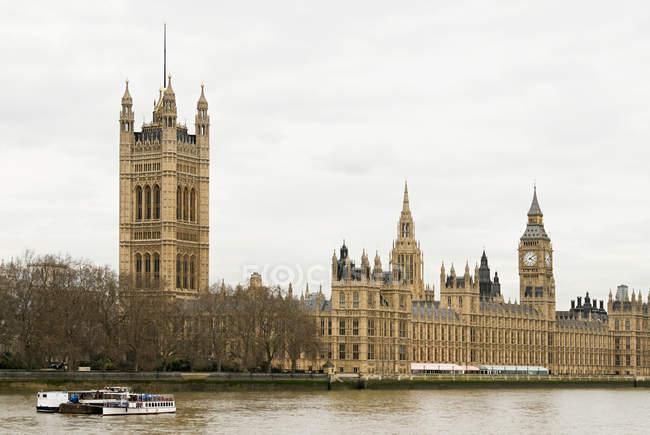 Observando a visão das Casas do Parlamento de Londres — Fotografia de Stock