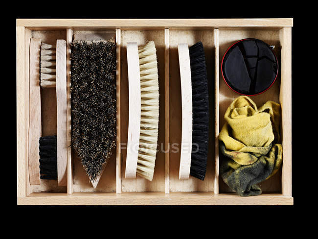 Вид сверху на лак для обуви и щетку в коробке — стоковое фото